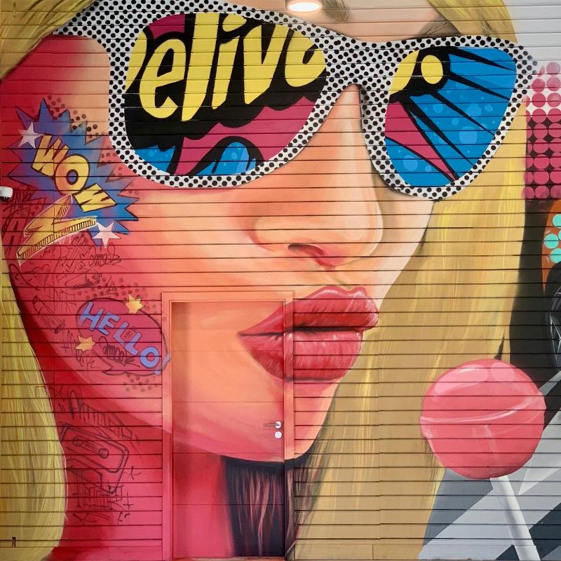 fresque-graffiti-pop-art-fille-showroom-auto-porte